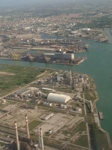 Венеция с окна самолета прекрасна! Это не только туристический город, но и промышленный. 118 островов и город Местре, расположенный на материке образуют Венецию сегодняшнего дня.