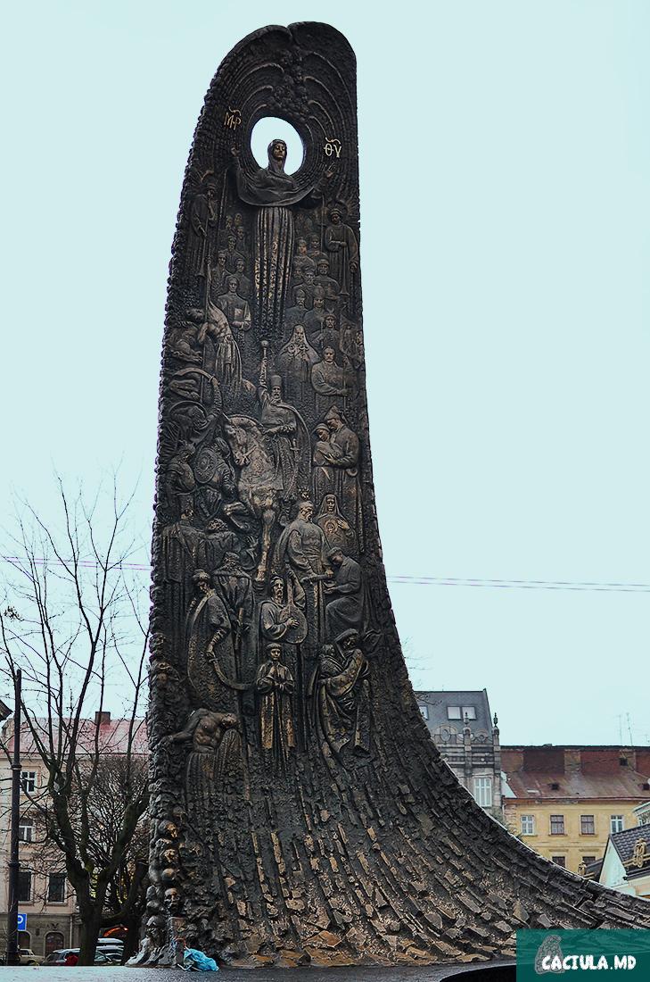 12 метровый памятник с фигурными рельефами, открытый в 2000 году