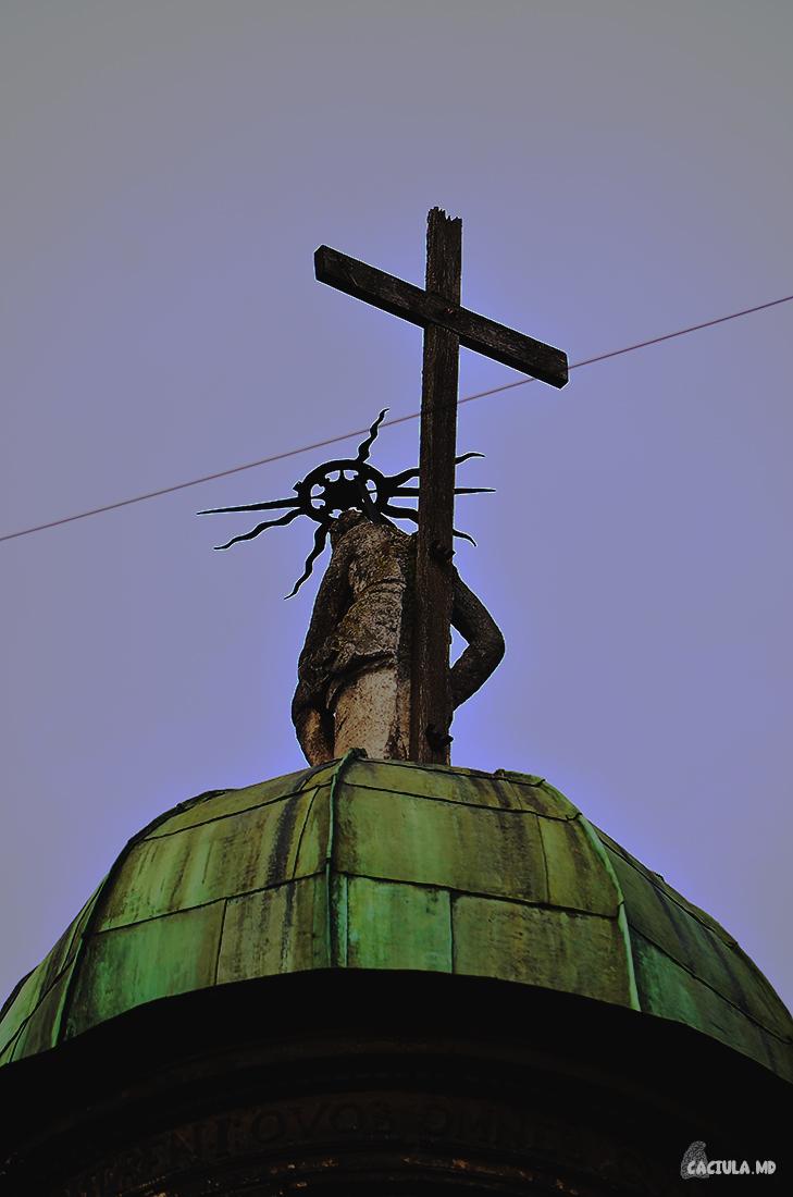 купол Часовни Боимов венчает фигура сидящего Иисуса Христа
