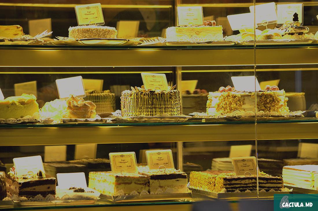 Во Львове много сладостей, в кафе есть вот такие вот тортики и пироженные