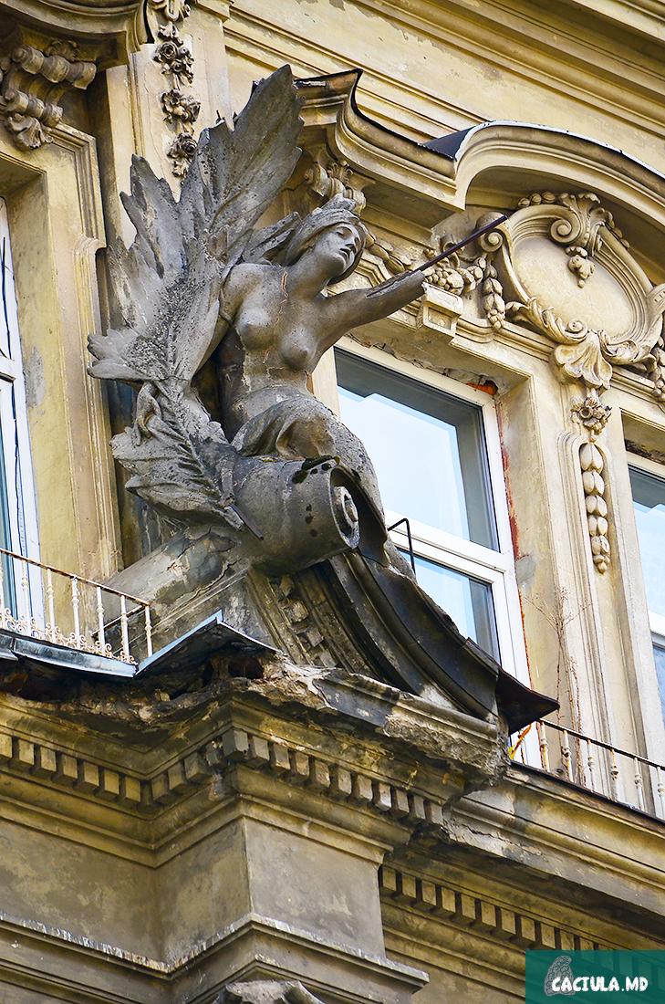 Женский бюст с отломанной рукой