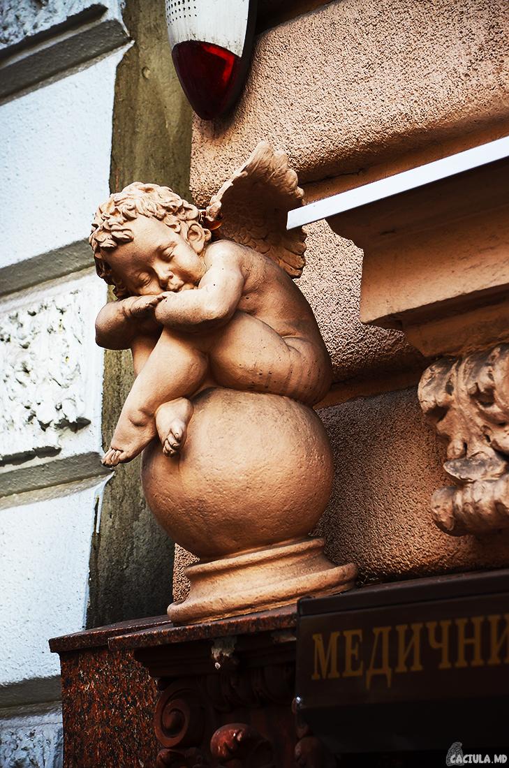 Ангелочек на шаре во Львове