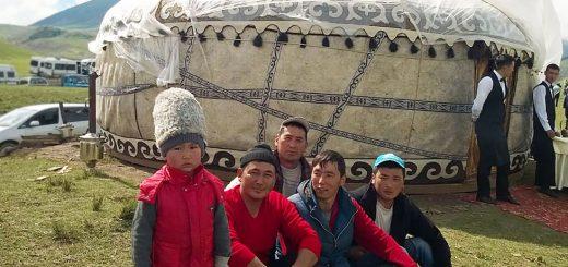 Киргизия, озеро Иссык Куль, ребенок в caciula