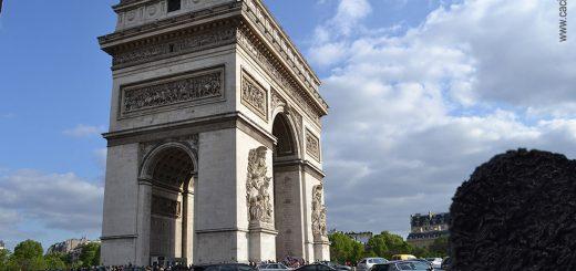 caciula напротив Парижской Триумфальной Арки