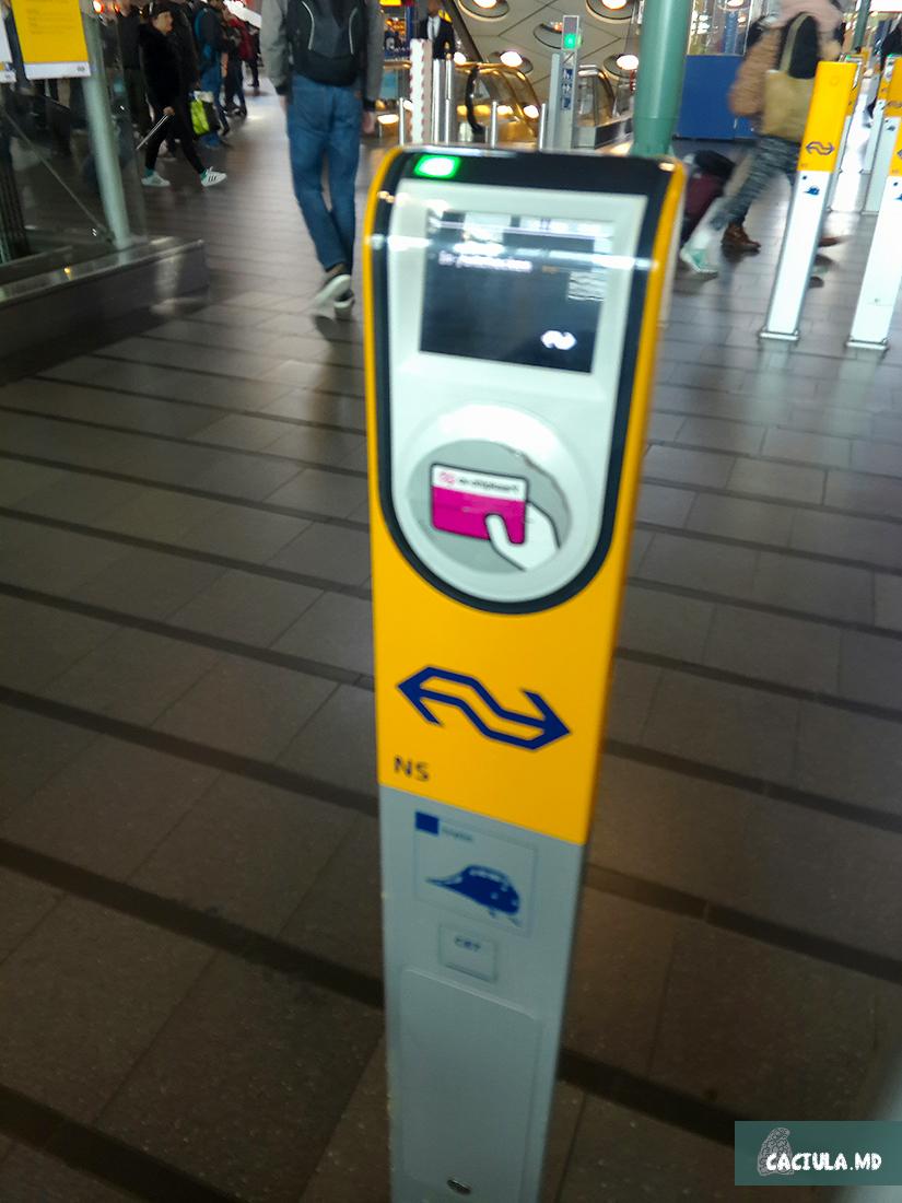 электронные стенды для чекина и чекаута в Амстердаме
