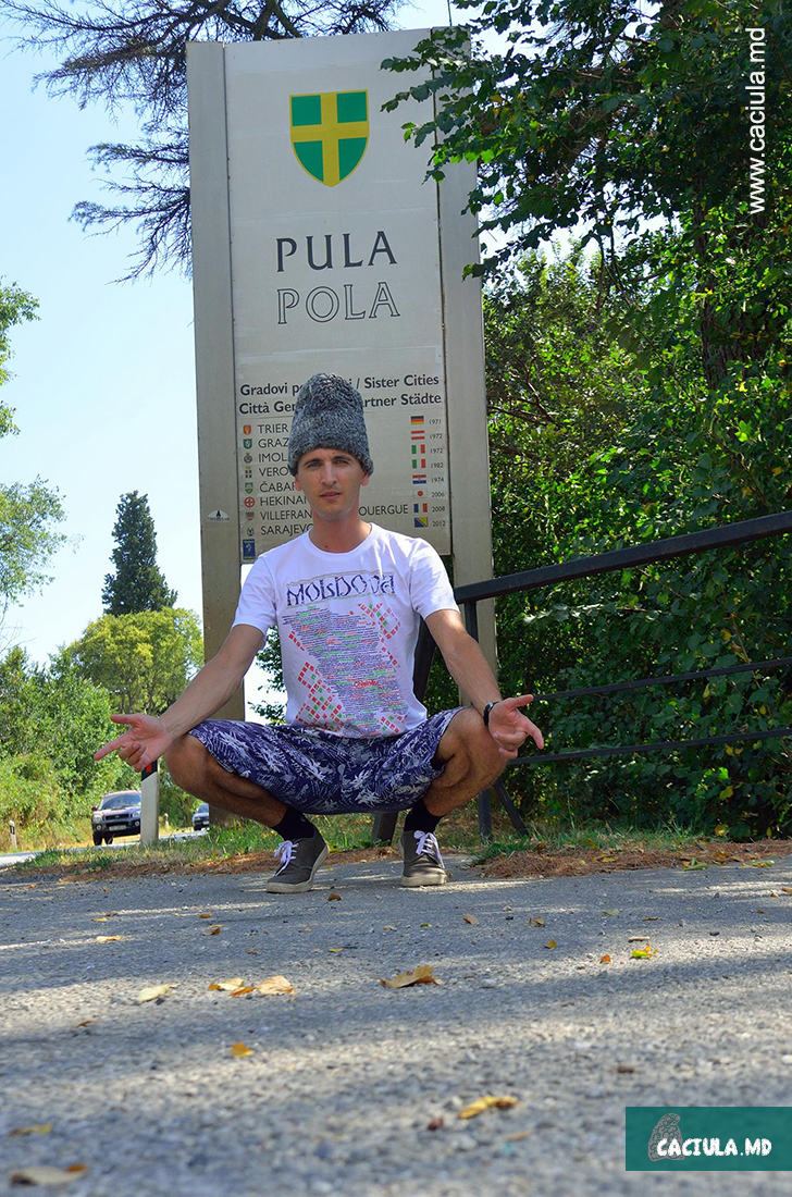 на фоне значка Пула в Хорватии
