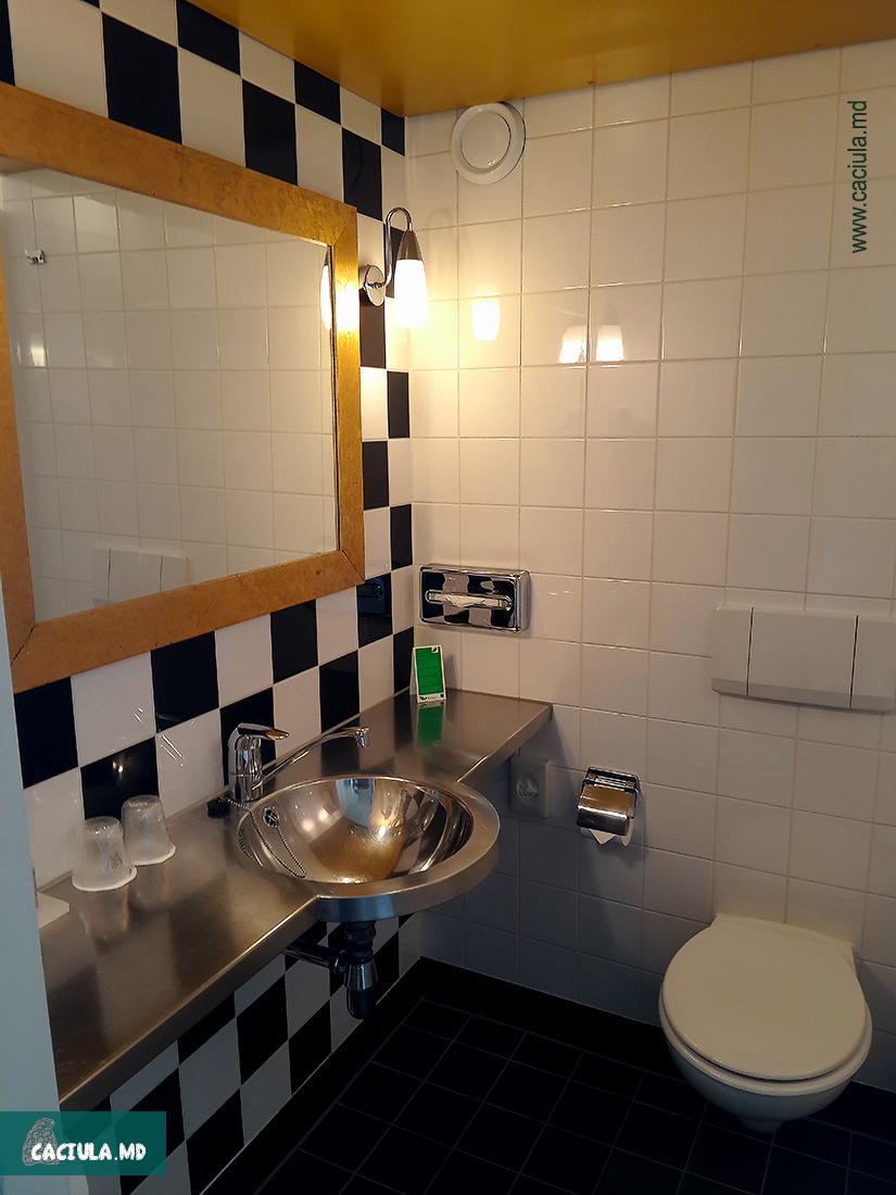 ванная комната в отеле westcord art hotel amsterdam