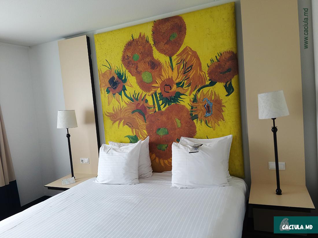 Подсолнухи Ван Гога в номере отеля WestCord Art Hotel Amsterdam