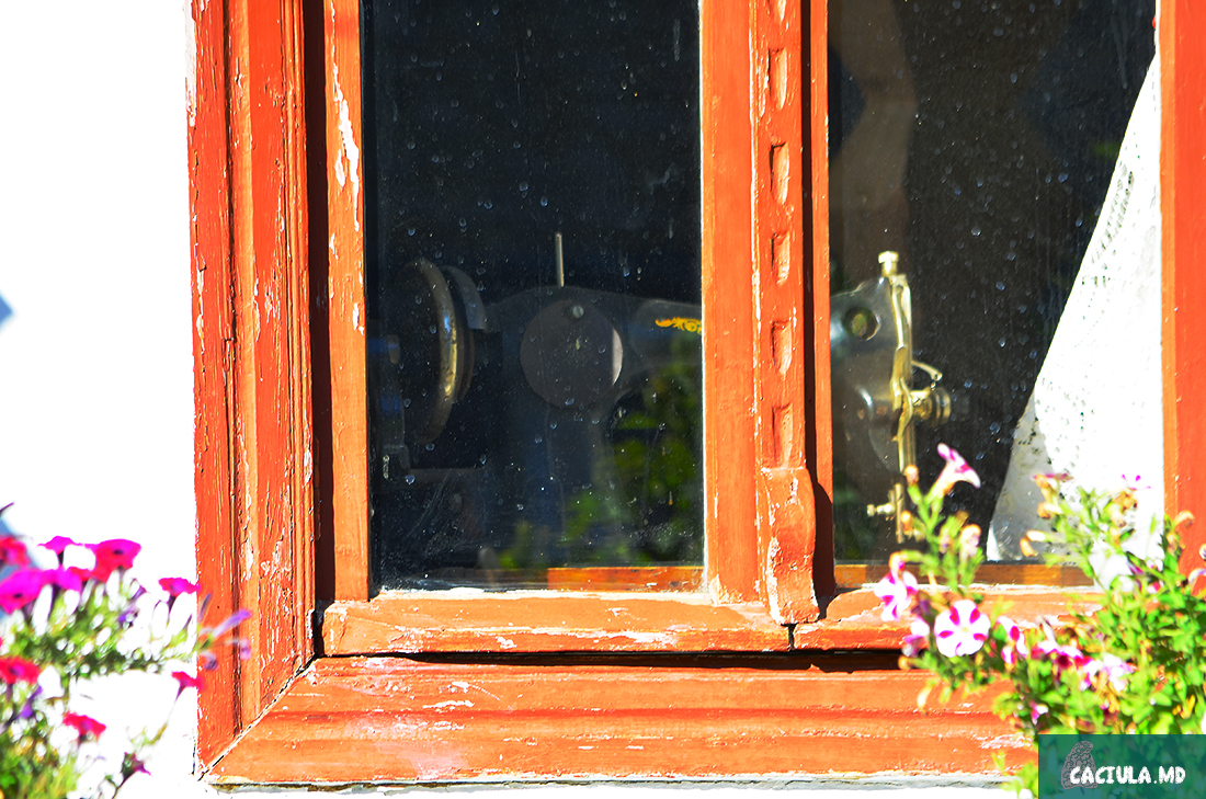 швейная машинка видна в окошке в доме в Трубуженах