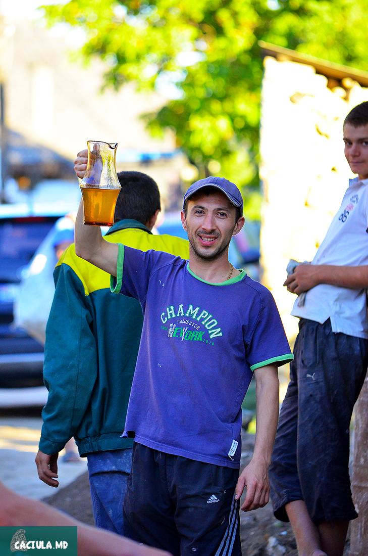 предложение выпить белого молдавского вина в Требуженах
