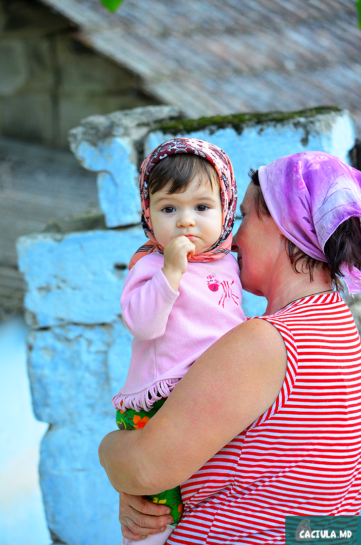 девочка с мамой в Требуженах, Молдавия