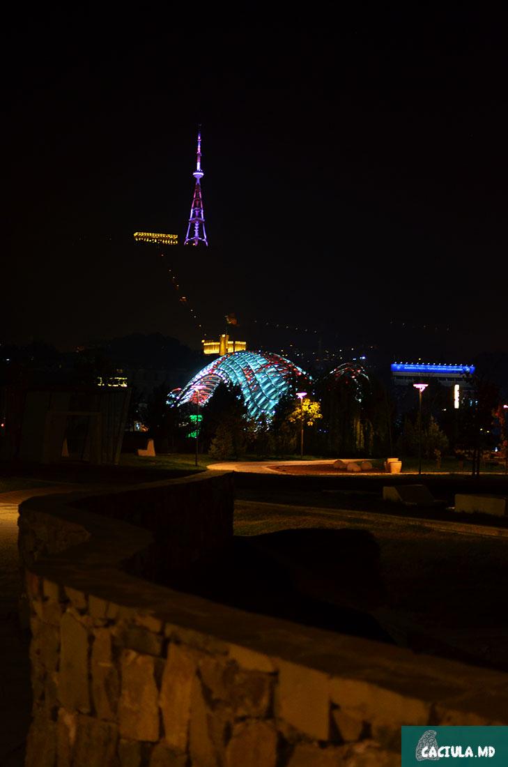 вид на светящийся мост и на башню, тбилиси 2016