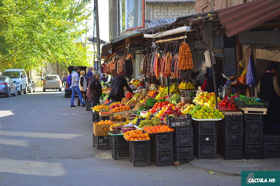 стихийные рынки Тбилиси с разными фруктами