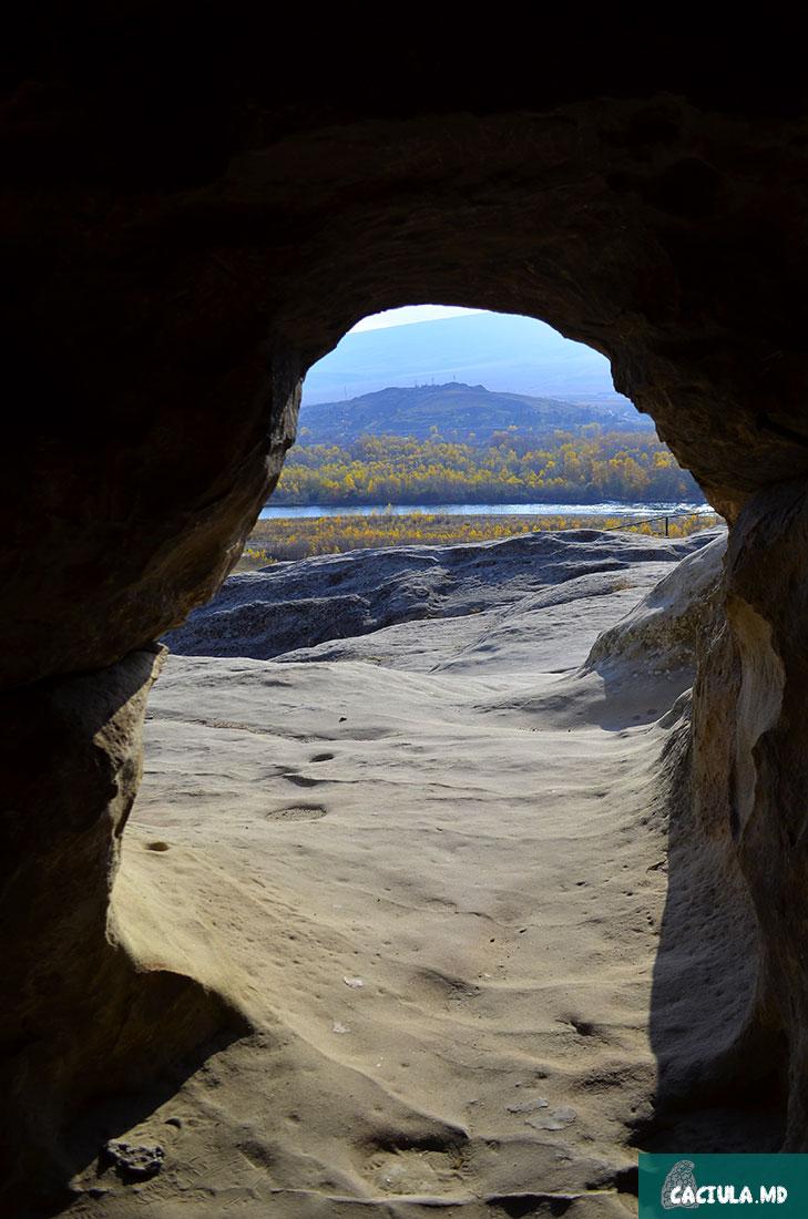 виды из пещер на берег Куры, путешествие по Грузии