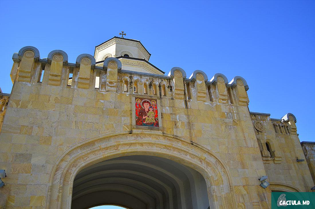 ворота собора Святой Троицы в Тбилиси