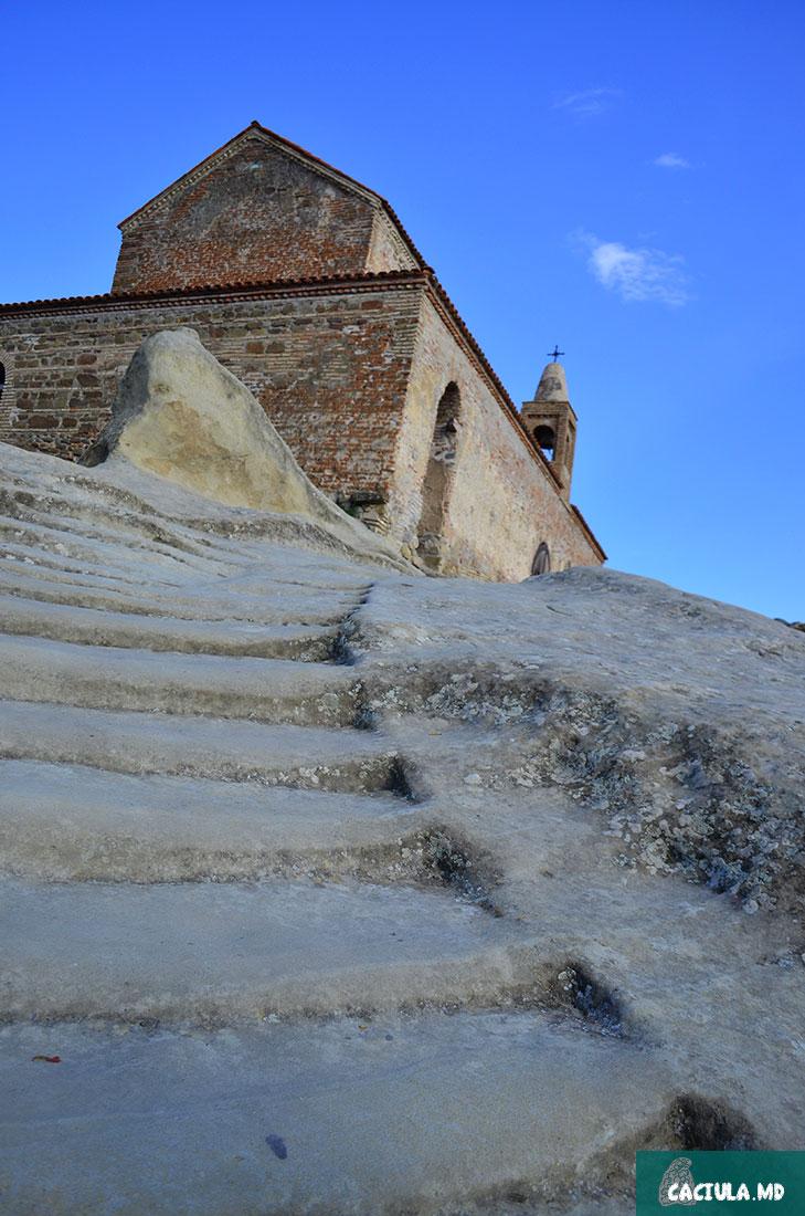 поднимаясь по ступеням к Божьему храму, Уплисцихе 2016