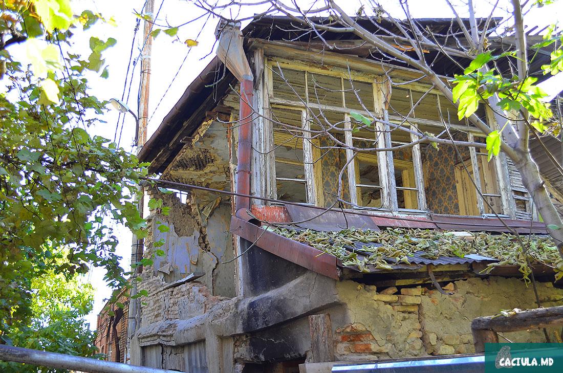 обветшалые стены в старом доме в Тбилиси