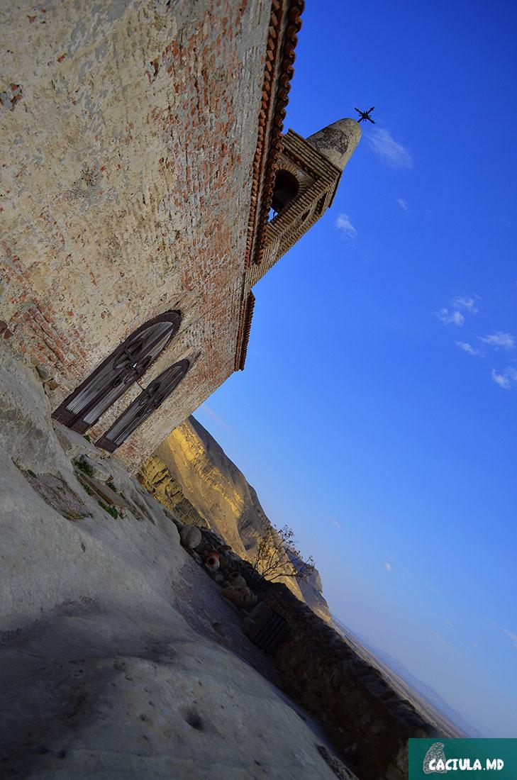 купол с крестом божьей крепости недалеко от города Гори. Грузия 2016