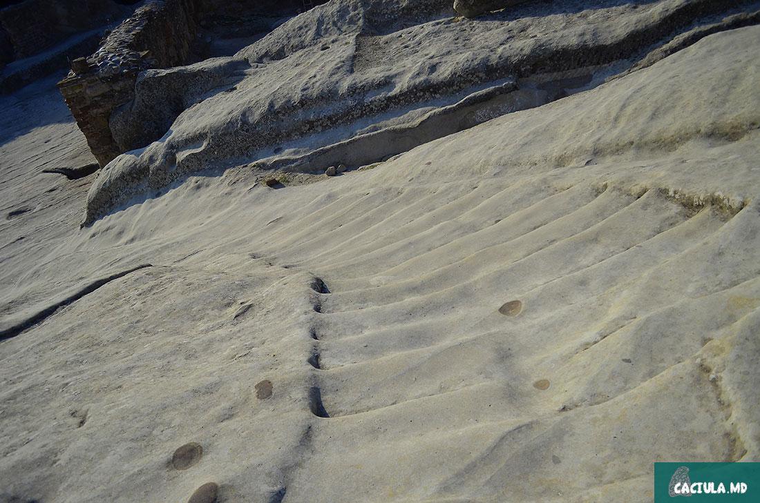 лестницы в древнем Уплисцихе сделанные морем