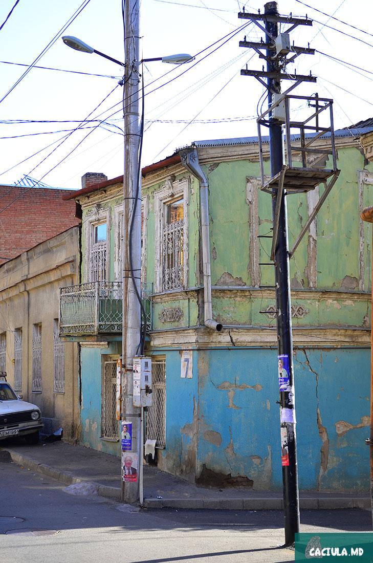когда то зелено синие оттенки домиков старого тбилиси, Грузия ФОТО 2016