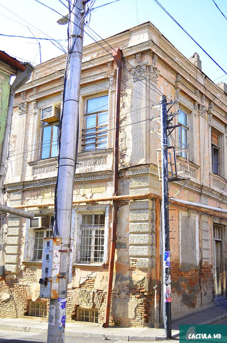 счетчики электроэнергии на столбах старых грузинских улочек, старый Тбилиси 2016, фотографии старого Тбилиси
