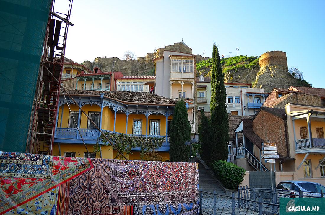 искусственные ковры в старом Тбилиси под Нарикалой