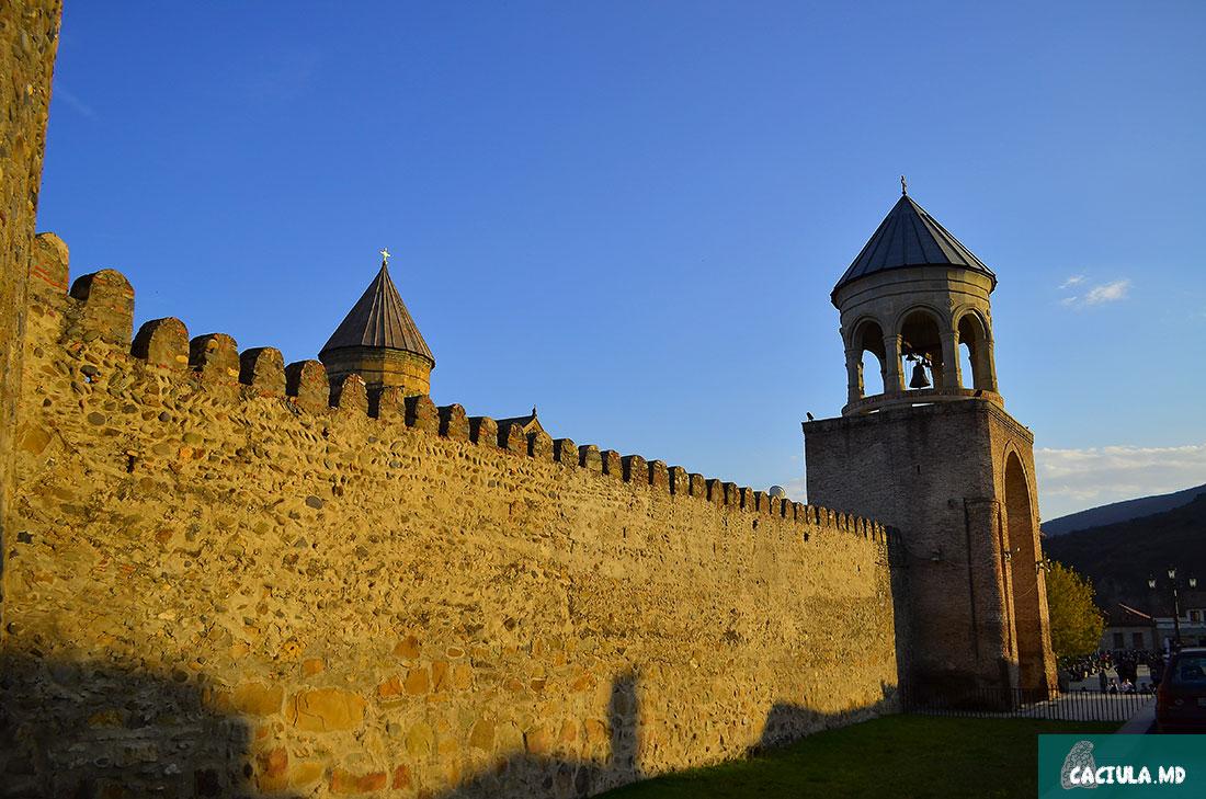 стена вокруг монастыря Светисковели в Мцхете