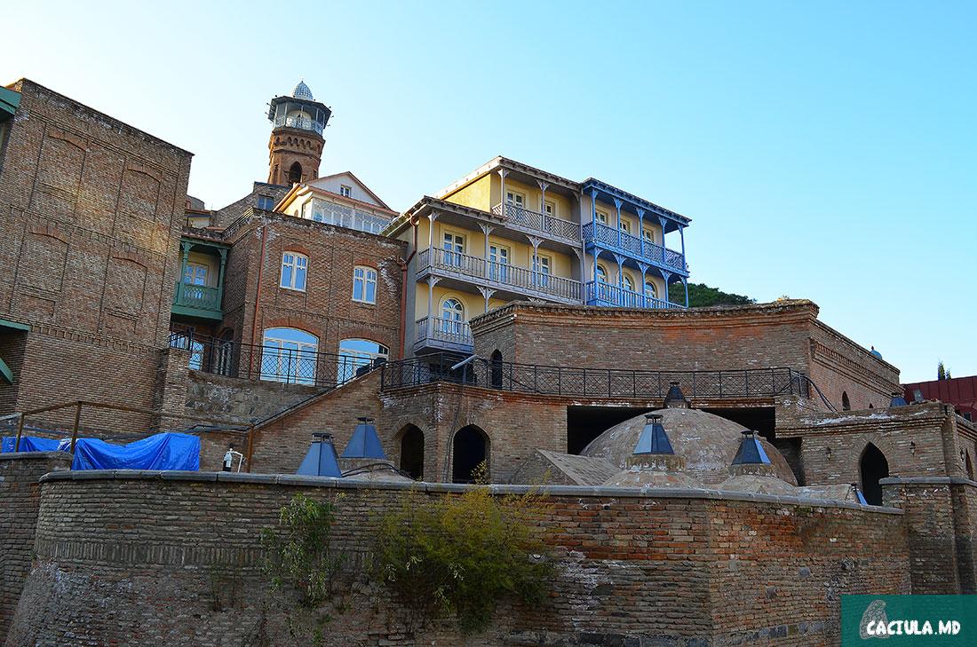 частично отреставрированный старый Тбилис на фоне серных бань
