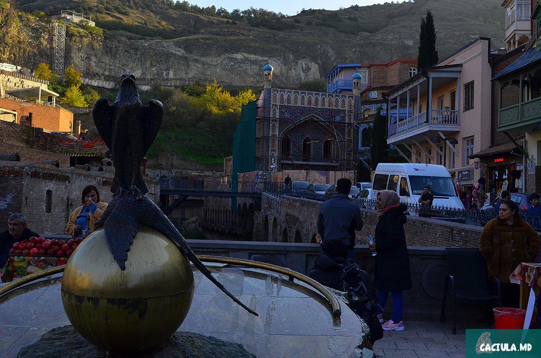 орел на фоне серных бань в Тбилиси
