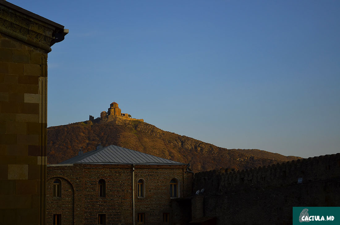 монастырь Джвари на холме на закате солнца