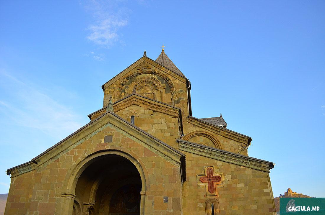 собор Светисцховели на фоне Джвари