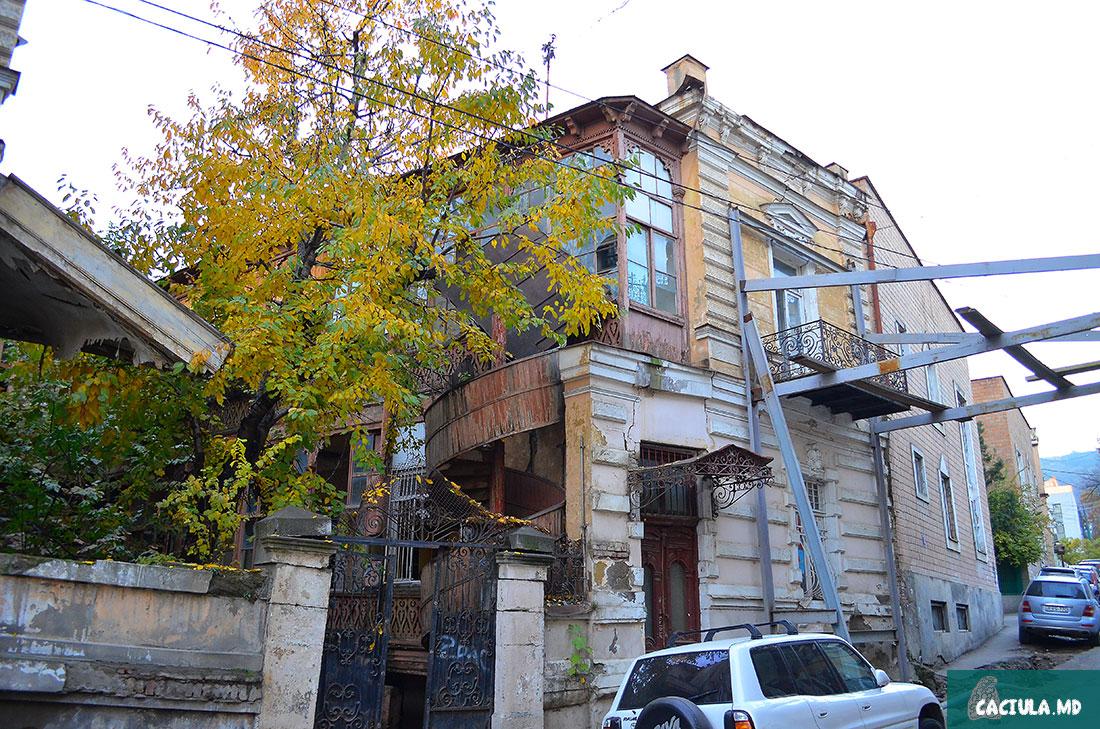 грузинские здания в Тбилиси со странными конструкциями