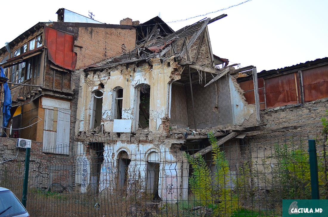 разрушенные здания тбилиси на правом берегу Куры