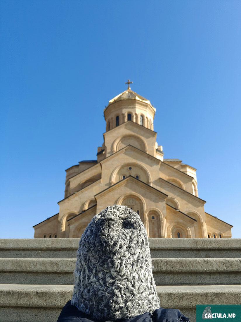 caciula и собор святой троицы, собор святой троицы, фото грузинских пейзажей, путешесвуя по грузии, Тбилиси 2016, достопримечательности Грузии, достопримечательности Тбилиси